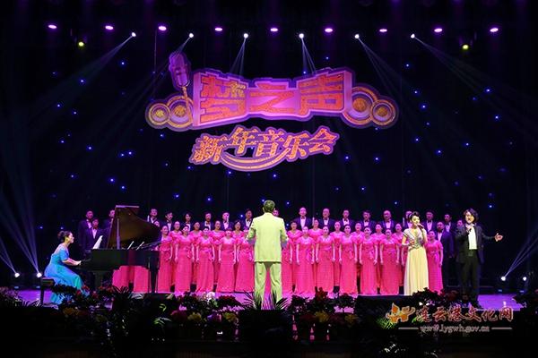 晚会在男女声二重唱《江山》中拉开序幕.来自市艺术学校的女高音肖